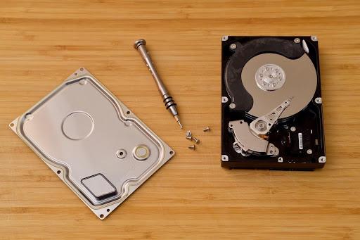 Hoạt động nhờ chuyển động cơ nên HDD tốn điện năng và phát ra tiếng ồn